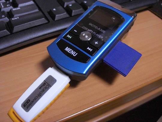 MOTO-A300にSDカードとUSBメモリをさした様子