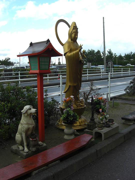 寺泊の観音様と犬の像